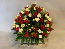 Biedermeier met rode rozen en witte lysianthus