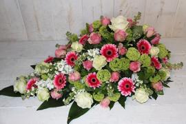 Rouwdruppel met grote rozen en speelse bijbloemen