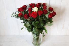 Een boeket lange roden rozen het ultieme cadeau