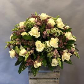 Biedermeier met voorjaars bloemen en witte rozen