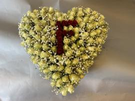 Dicht rouwhart met met een rode F erin op gevuld met fijn gips rond de 55 cm