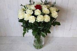 Een boeket lange witte rozen het ultieme cadeau