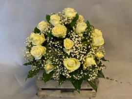 Biedermeier met grootbloemige witte rozen