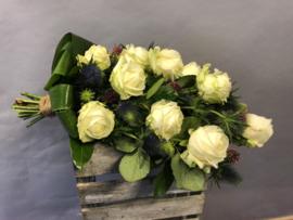 Rouwboeket met grote witte rozen en blad mooie materialen