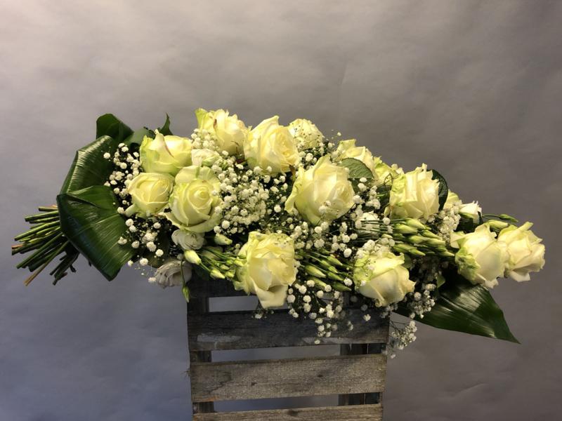 Rouwboeket met grote witte rozen en gips