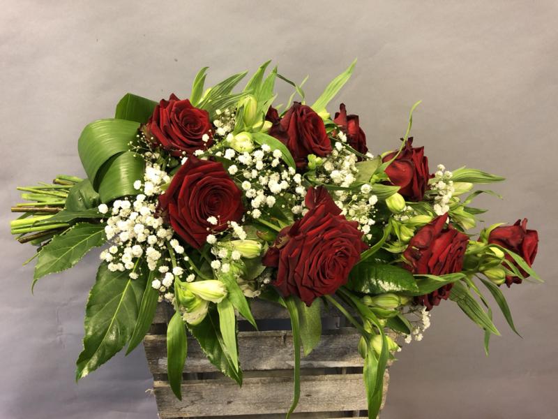 Rouwboeket met grote rode rozen en gips