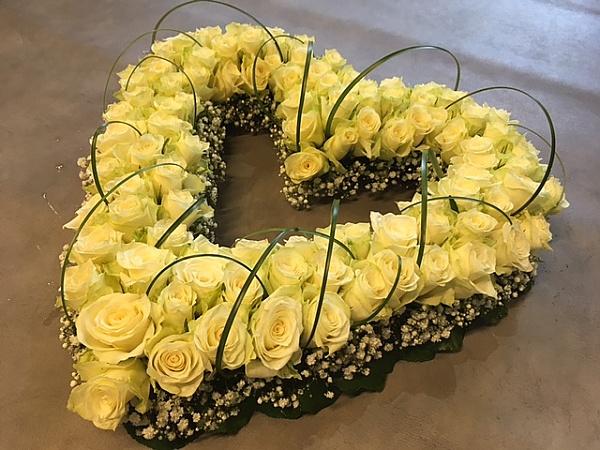 Een mooi en speels open rouwhart met beregras boogjes 55 cm