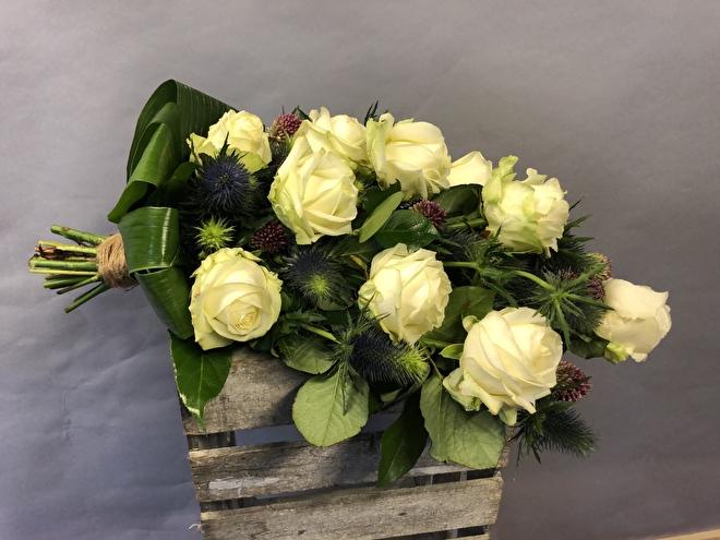 Rouwboeket witte rozen met distels