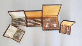 Verzilverd bestek in Louis XIV-stijl - 72-delig/12-persoons - in originele cassettes - vermoedelijk België of Duitsland