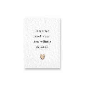 Mini kaart met houten hartje - Laten we snel weer een wijntje drinken