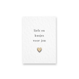 Mini kaartje met houten hartje - Liefs en kusjes voor jou