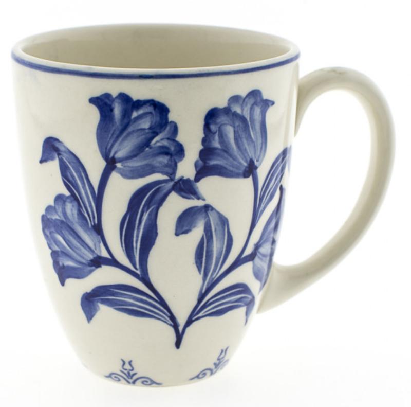 Mok met blauwe handgeschilderde tulpen