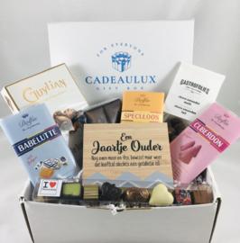 Chocolade giftbox met chocolade specialiteiten en met kader met tekst naar keuze