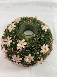 Pièce de table avec des fleurs roses et une bougie parfumée