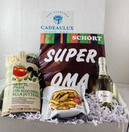 Giftbox met keukenschort met tekst naar keuze en pasta met puttanesca saus en houten lepel