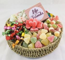 Snoepgoed mand met onderzetbordje met tekst naar keuze