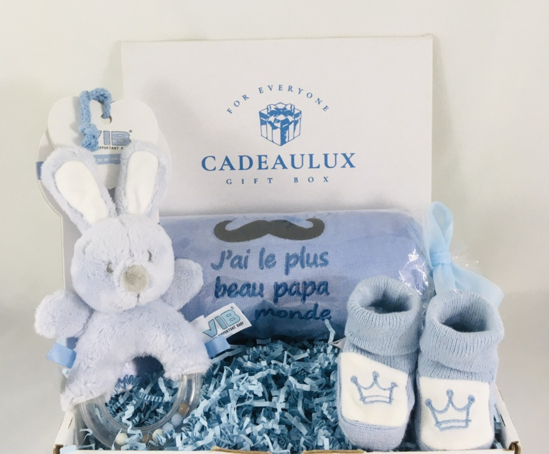 Coffret cadeau bavoir avec texte de votre choix,baby pantoufles et hochet lapin