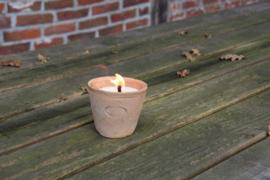 Aged terracotta pot met tuinkaars S