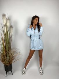 Lichtblauw sportief kleedje met kap