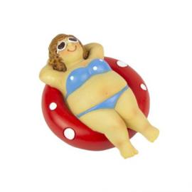 Dikke dame in bikini op een zwemband