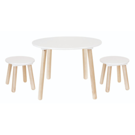 Houten tafel met twee krukjes