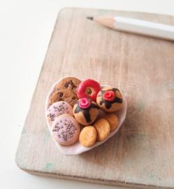 Miniatuur zoetigheid op een bordje
