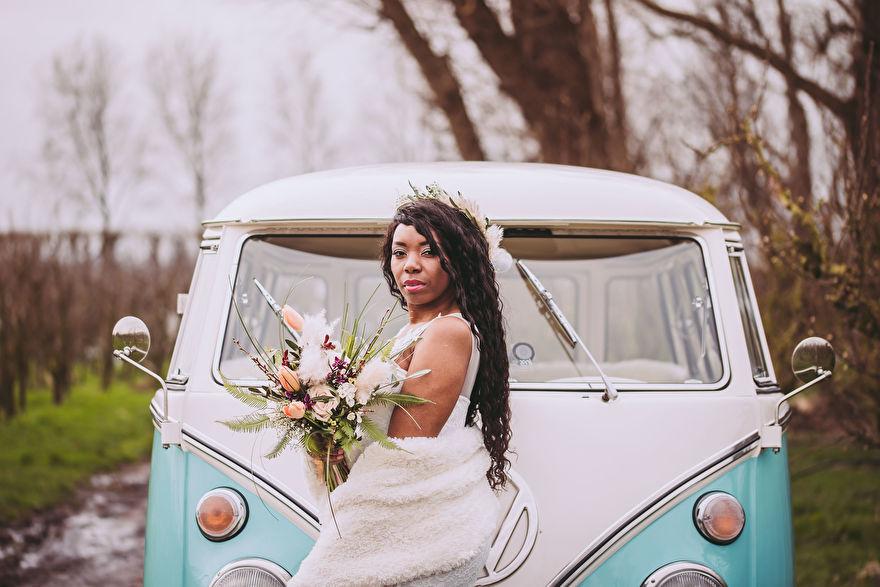 bruid met gedroogde pampasgras pluimen