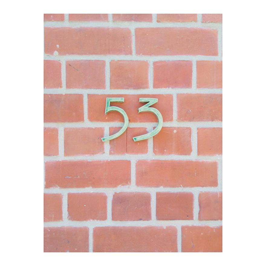 huisnummer in keramiek. in het donkergroen.