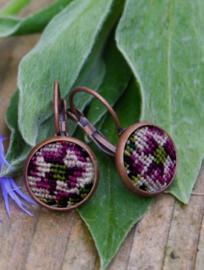 Oorbellen koperkleurig petit point bloem paars - Tessa Randi