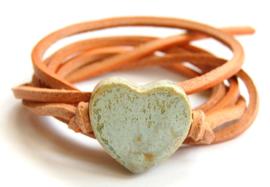 Armband naturel leren veter met antiekgroen hart