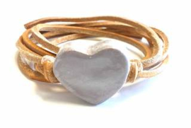 Armband naturel leren veter met lila hart