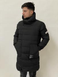 Lange zwarte jas met tekst JS017