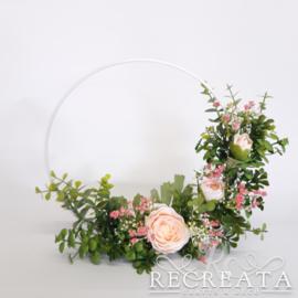 Witte Flowerhoop met roze Ranonkel  - 25 cm