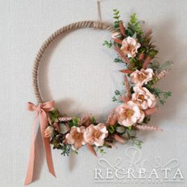 Ring met Touw Hangend  - Zalmkleurige Bloemen -  35 cm