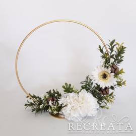 Gouden Flowerhoop met Anjers en Gerbera - 25 cm