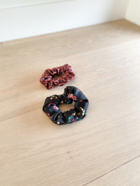 Set van 2 scrunchies Black flower&Savannah