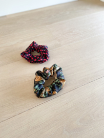 Set van 2 scrunchies Black lazy jungle & Hearts
