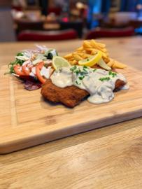 Schnitzel met salade en frites