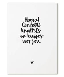 Kaart met tekst 'Hoera! Confetti, knuffels en kusjes voor jou.'