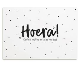 Kaart met tekst 'Hoera confetti, knuffels en kusjes voor jou'