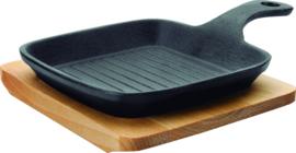 Grillpan gietijzer 14x14x2,5 cm op houten plateau