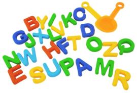 Zandvormen alfabet met schep en zeef