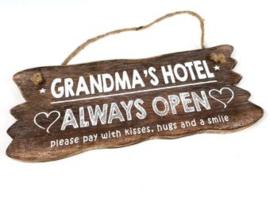 Houten tekstbord GRANDMA'S HOTEL, naturel