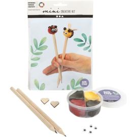 Potloden bij en lieverheersbeestje