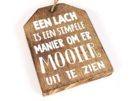 Houten label Een lach..., naturel
