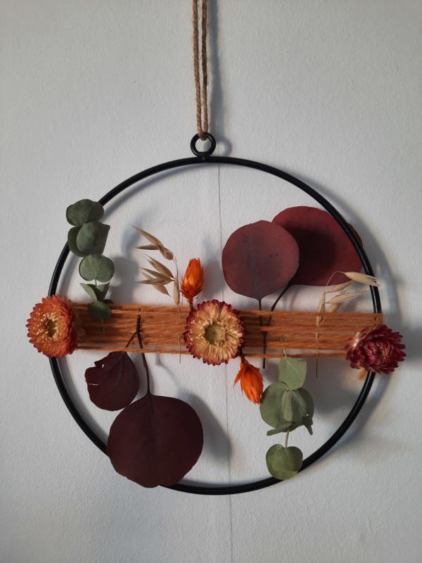 Herfstkrans met wol en droogbloemen