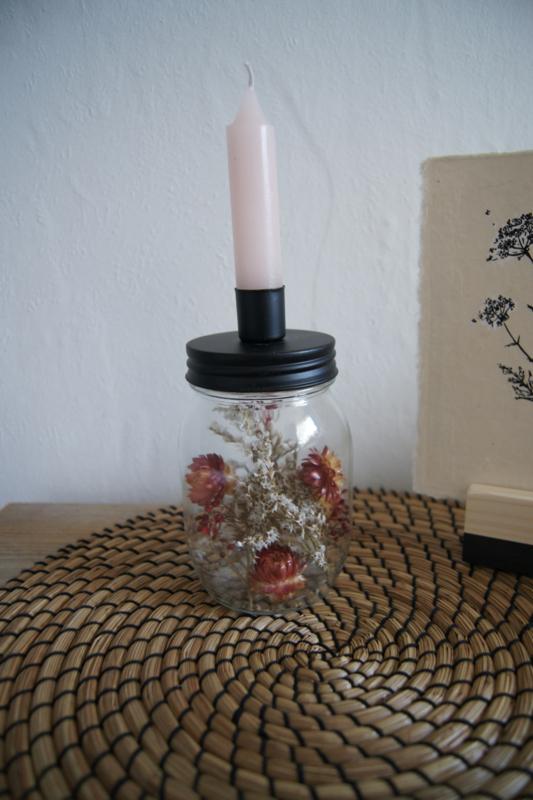 Kaarsenhouder gevuld met droogbloemen