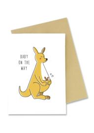 Wenskaart Baby on the way kangoeroe met baby in buidel met envelop