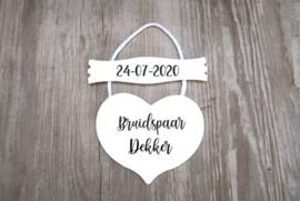 Gepersonaliseerd bord met trouwdatum en hart met namen
