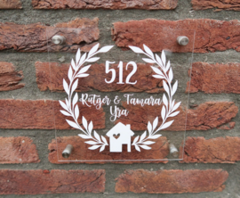 Gepersonaliseerd naambordje van plexiglas met huis en krans
